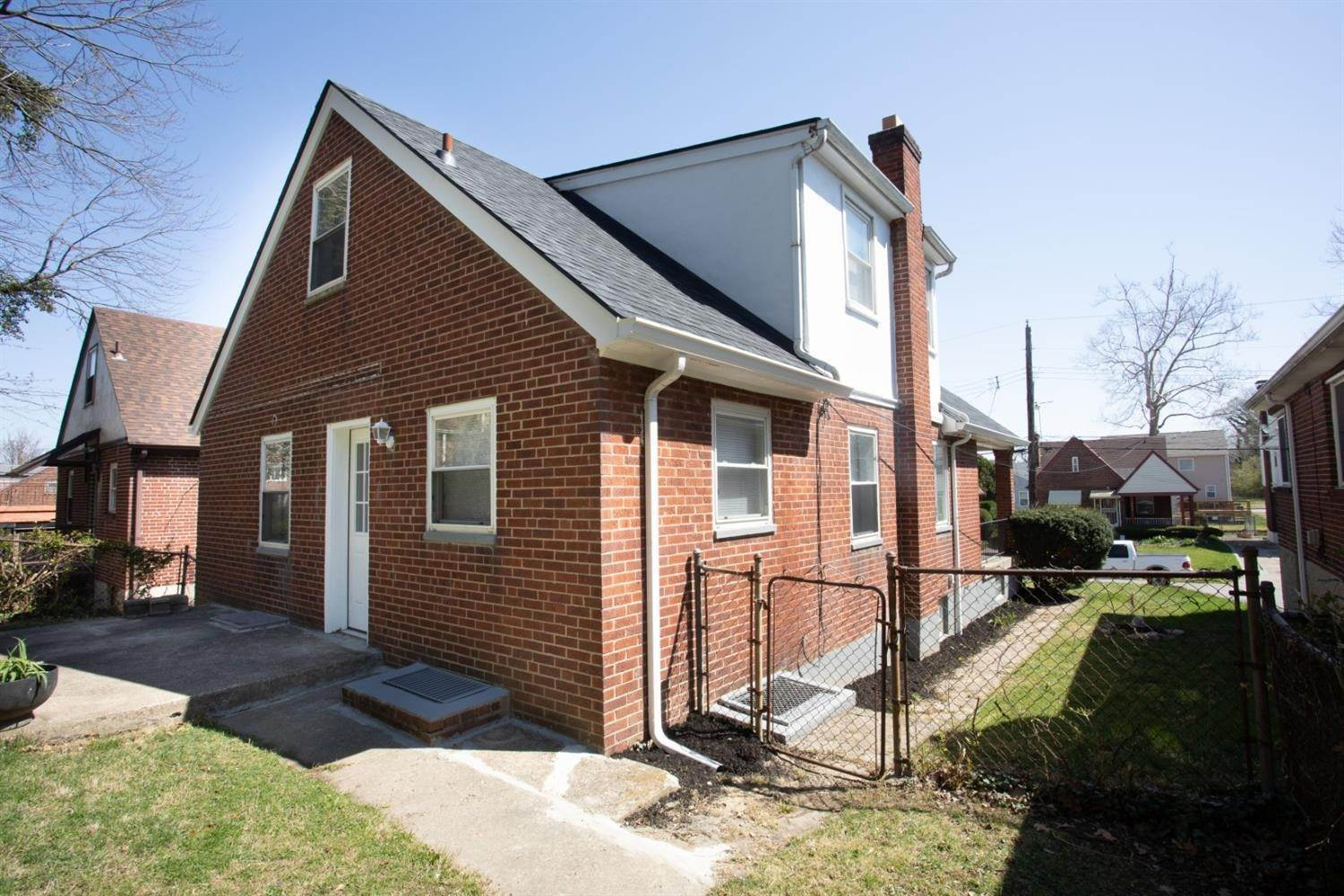 18. Single Family Homes for Sale at 5439 Newfield Avenue Cincinnati, Ohio 45237 United States