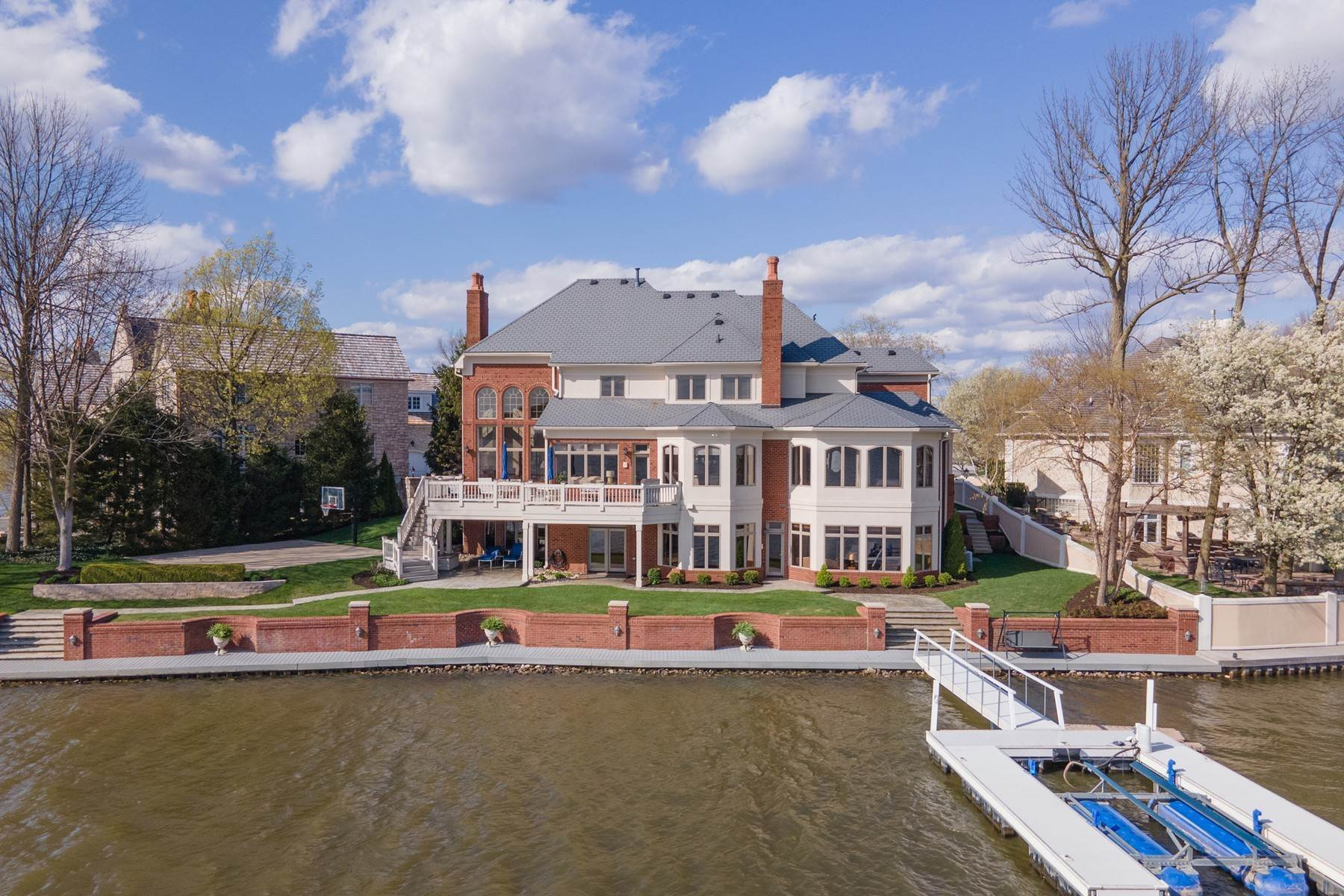 Single Family Homes 为 销售 在 Gorgeous Home on Morse Reservoir 213 Edgewater Drive Noblesville, 印第安纳州 46062 美国