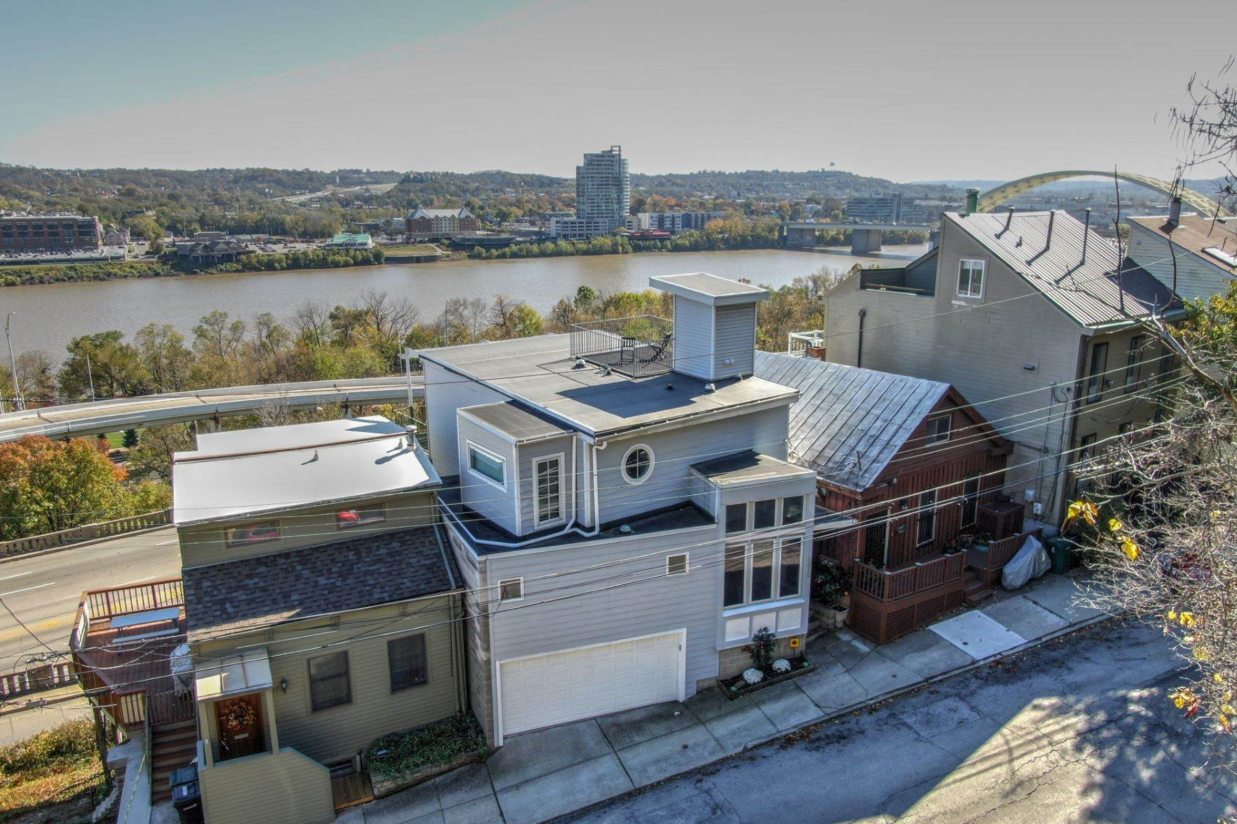 30. Single Family Homes for Sale at Nestled High Above the Ohio River 1015 Hill Street Cincinnati, Ohio 45202 United States