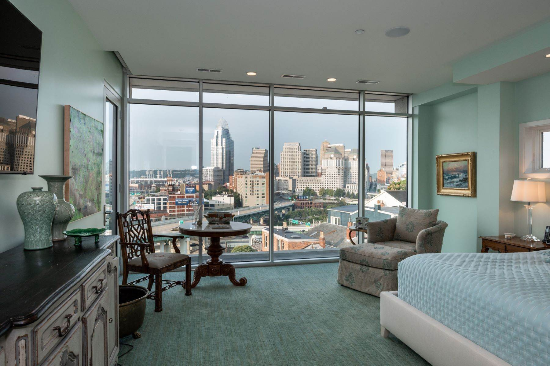 16. Condominiums for Sale at 309 Oregon Street, Cincinnati, OH 45202 309 Oregon Street, Unit #601 Cincinnati, Ohio 45202 United States