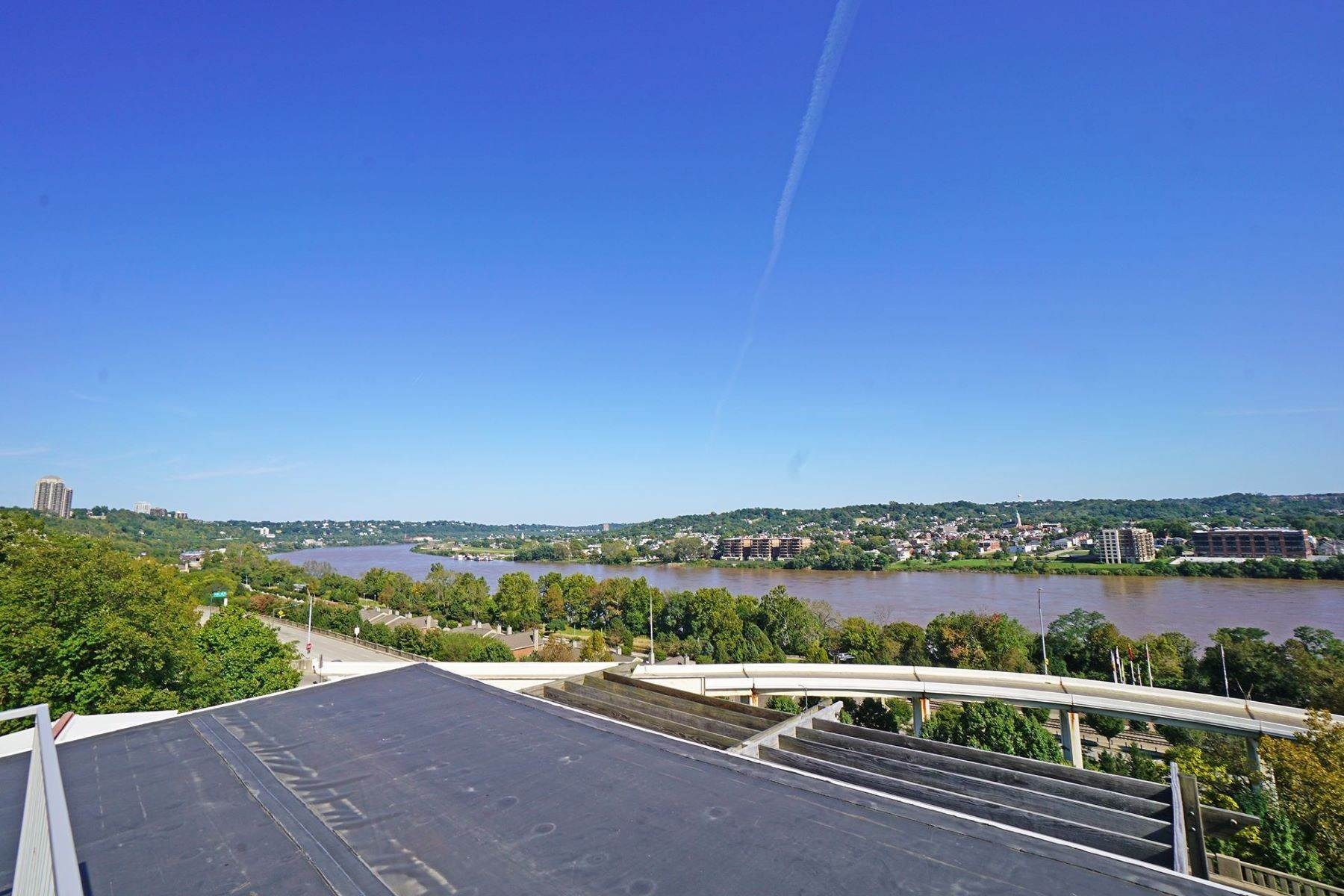 27. Single Family Homes for Sale at Nestled High Above the Ohio River 1015 Hill Street Cincinnati, Ohio 45202 United States
